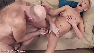 Paterfamilias fucked sex-starved mature Scarlette on make an issue of sofa